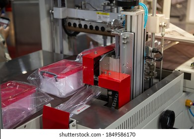 Automatic food container flow wrapping machine. Food packaging machine