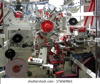 Automatic machine for packing tea in bags and boxes