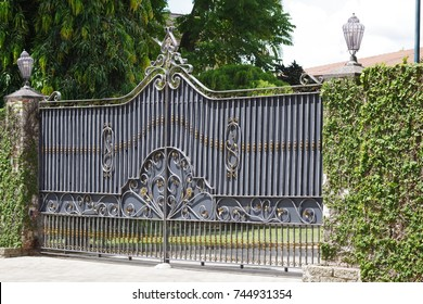 Automatic metal gate.