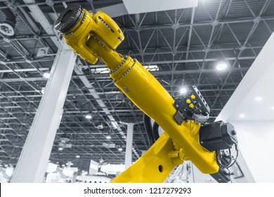 Automatic robot arm working in industrial environment