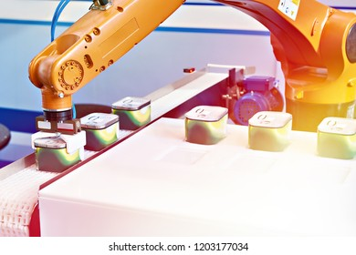 Automatic robot manipulator in food factory