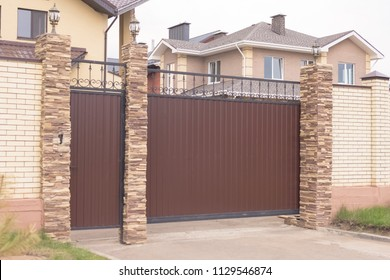 Automatic sliding sliding gates in a private house