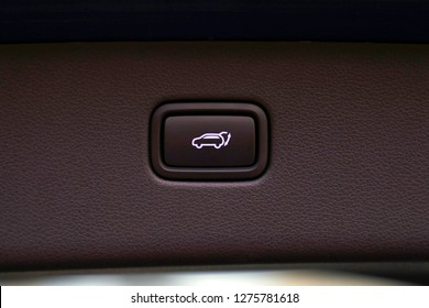 Automatically opening and closing the trunk of a car as luxurious extra equipment