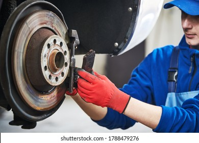 Sustitución de pastillas de freno de automóvil en taller de reparación de automóviles o garaje