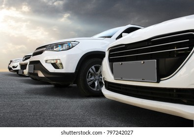 In the automobile industry, the cars are lined up neatly in the square.
