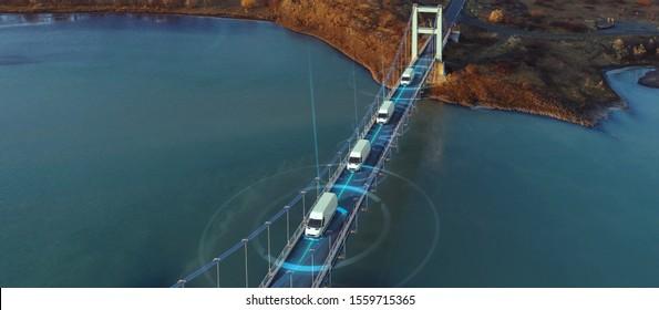 Autonome Elektrische Van Sattelwagen Auto fahren auf einer Autobahn mit Technologie Assistant Tracking Informationen, die Details.