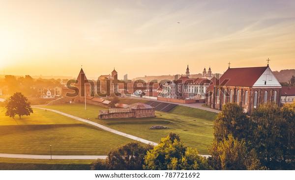 Herbstnebel über Kaunas Altstadt, Litauen. Sonnenaufgang. Drohnenantenne