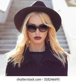 autumn fashionable Beautiful Blond Woman.Beauty blonde Girl in sunglasses.lady in hat