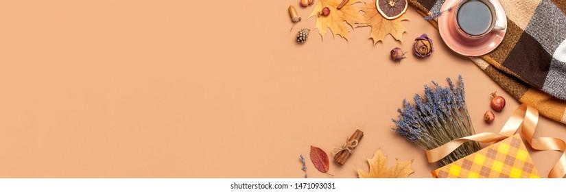 Herbstflachlage. Teebeutel, trockene Herbstblätter, Rosenblumen, Lavendel, Geschenktüten konfektionieren dekorative Zimtstangen auf braunem Hintergrund Draufsicht. Herbst, Herbst-Konzept.