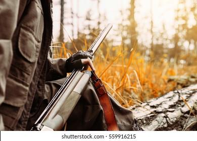 Temporada de caça de outono. Caçador de mulheres com uma arma. Caçando na floresta.