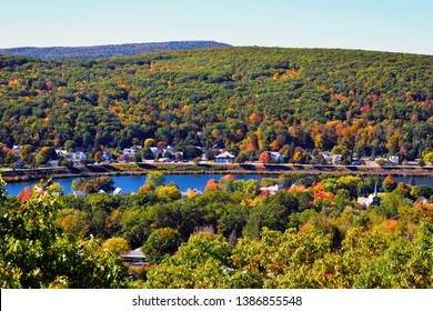 Herbstlandschaft im Connecticut-Flusstal. Rote und gelbe Blätter von Ahornbäumen bestreuen die Hügel von New Hampshire und die grünen Berge von Vermont. Wälder, die noch immer überwiegend grün oder wechselnde Farben sind