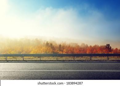 route d'automne au coucher du soleil