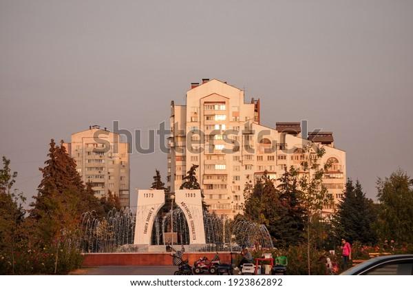 autumn-warm-evening-sunset-people-600w-1