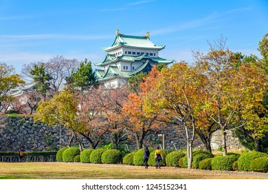 Autumnal leaves, Nagoya Castle, the couple that takes a walk