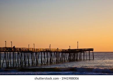 La jetée de pêche d'Avalon, dans les rives extérieures de la Caroline du Nord, est pittoresque au lever du soleil.  C'est une destination de vacances populaire le long de la côte.