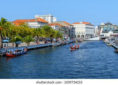 AVEIRO, PORTUGAL - AUG 21: Moliceiro boat sails along the central canal on August 21, 2015 in Aveiro, Portugal