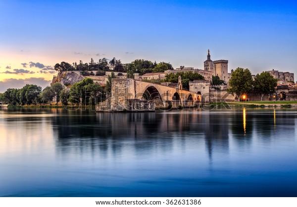 Pont d'Avignon avec le Palais des Papes et le Rhône au lever du soleil, Pont Saint-Benezet, Provence, France