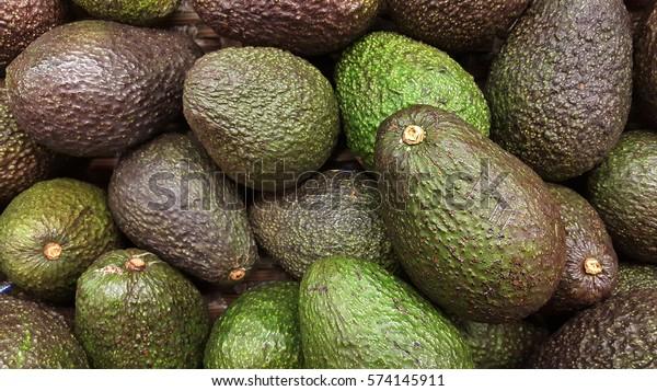Avocado bezieht sich auch auf die Frucht des Avocado-Baumes, die botanisch eine große Beere mit einem einzigen Samen ist. Avocados sind sehr nahrhaft und enthalten eine große Vielfalt an Nährstoffen.