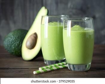 Avocado Smoothie, hergestellt mit frischen Avocados und Non-Dairy Milk.