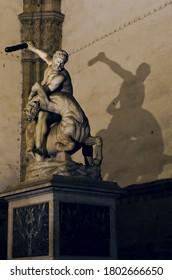Espectacular escultura de Hércules por la noche