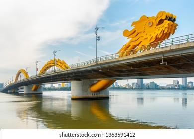 ベトナム・ダナン(ダナン)のダウンタウン、漢川を渡るドラゴンブリッジ(カウ・ロン)の素晴らしい眺め。美しい街並み。ドラゴンブリッジはアジアの人気の観光名所です。