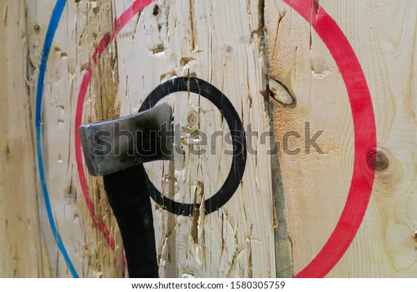 axe-stuck-middle-bullseye-during-600w-15