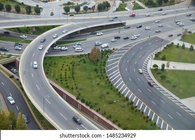 Aserbaidschan Baku . Brücken, Straßen. Draufsicht . Luftsicht auf Autobahn und Überführung in der Stadt. Luftbild des städtischen erhöhten Straßenkreuzes und des Interchange-Übergangs in der Stadt mit leichtem Verkehr