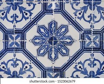 Azulejo weiß, blaue Muster, für Design oder Hintergrund. Zierkunst Form der traditionellen portugiesischen und spanischen Zinn-glasierten Keramikfliesen. Abstrakter Hintergrund aus alten, verzierten Fliesen