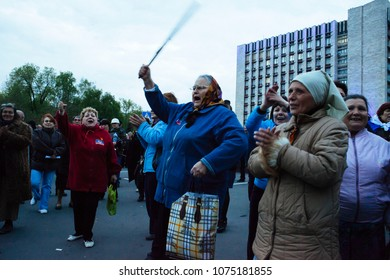 Babouskas (elderly women) give the welcome back to the violent militants who stormed the pro-Maidan rally against the pro-Russian violence.Donetsk (UA) 2014/Apr/28