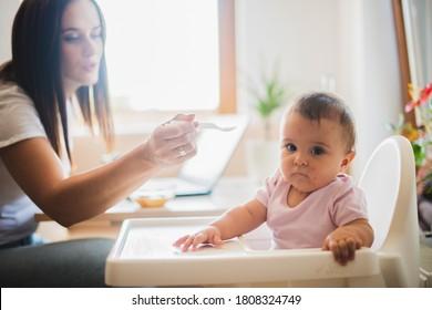 El bebé con alergia se niega a comer.