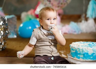 Baby cake smash in studio.