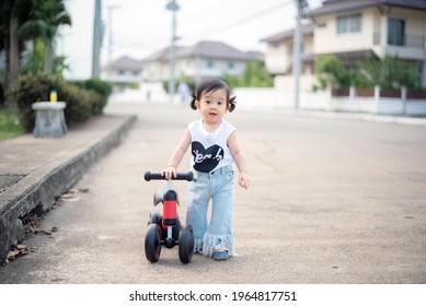 Baby cute mädchen mit weißem T-Shirt und Jeans mit Balancespiel