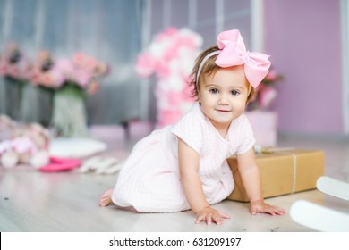 Baby in a dress, in a pink komnata. Birthday, one year