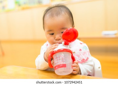 Baby drink a water using bottle