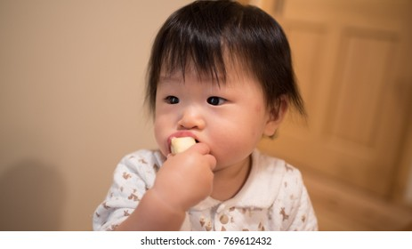 Baby Eating apples / A Japanese girl who is 11 months old