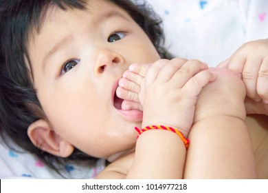 Baby enjiod sucking her toe
