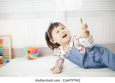 baby girl learning draw at home