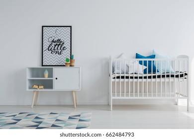 Chambre bébé dans un appartement scandi avec mobilier vintage