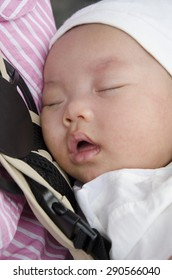 baby sleep whit mom in the carry bag
