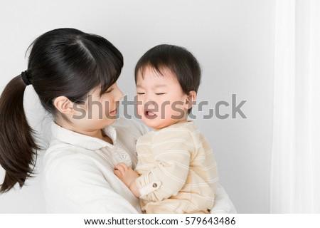baby sleeping parent child mother carpet の写真素材 今すぐ編集
