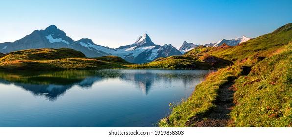 Lago Bachalpsee. Los picos más altos de Eiger, en una ubicación famosa. Alpes de Suiza - Valle de Grindelwald
