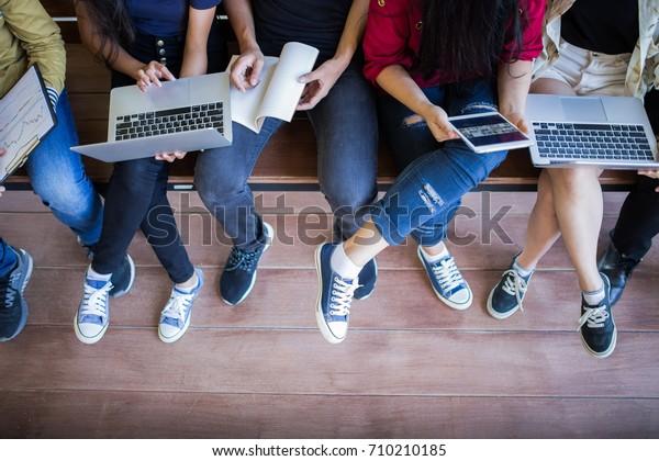 Torna a scuola scuola conoscenza concetto universitaria college, Giovani essere utilizzato computer e tablet, Educazione e concetto di tecnologia.