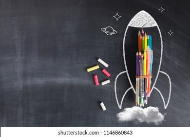 Zurück zur Schule - Raketenskizze auf Schwarz