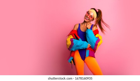 Zurück in den 80ern. Stilvolles Mädchen in Retro-Jacke und Vintage Aerobic Body Jump Tanz, Mode Trends, Unterhaltung, Hitze im Sommer. Fröhlich und positiv. Horizontal, Kopienraum.