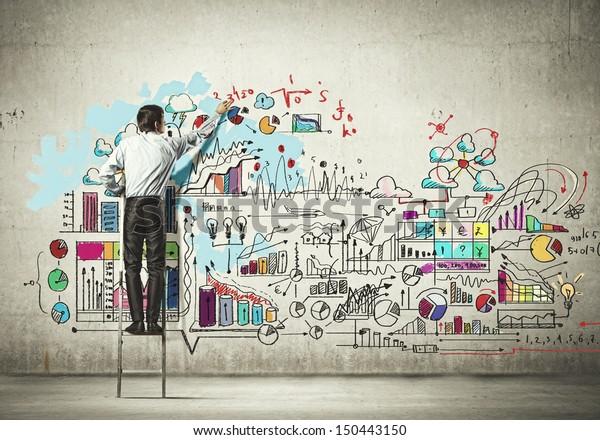 Vista traseira do desenho do homem de negócios na parede