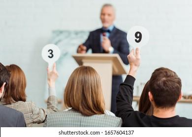 競り売りの際に9番と3番の競り札を見せる買い手の裏目