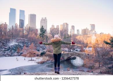 Vista posteriore della donna godere della vista della pista di pattinaggio a Central Park e grattacieli a Manhattan a New York City