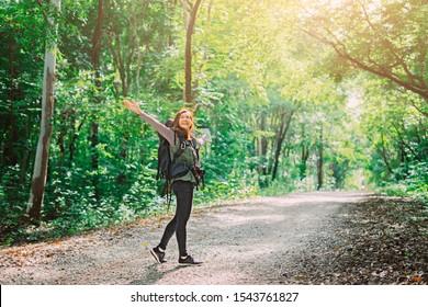 Rücken wanderlust asiatischen Frauen Touristenhipster-Rucksack zu reisen und zu steigen Hand in grüne wilde Waldwanderung Outdoor-Urlaub machen Urlaub, Naturleben, Traveller Wanderkonzept