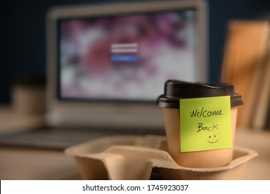 Zurück zum Arbeitskonzept. Schließung der Begrüßungsnote zum Takeaway Coffee Cup im Büro. Meldung eines Kollegen oder Boss