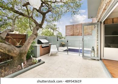 Hinterhof mit Gartensitzplatz und Grill mit Familie